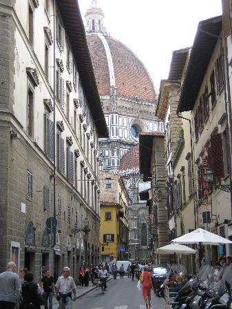 Soggiorno Panerai: View of Duomo down street