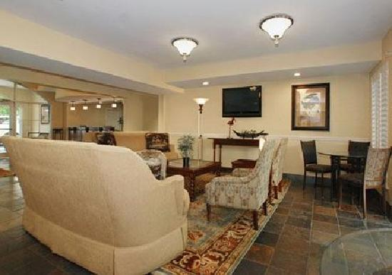MainStay Suites: Large sitting area in Lobby