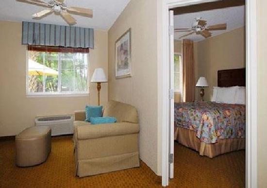 MainStay Suites: Rooms are suites with sofa's , beds are sooo comfortable.