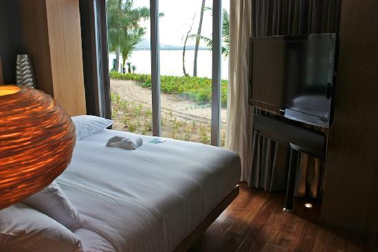 W Koh Samui: Bed and view of the ocean, w 46 inch tv!