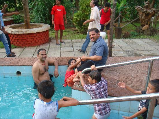 Sarve Huts : Swimmers in Swimming pool at resort
