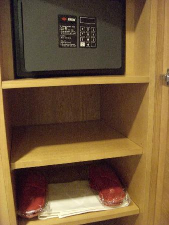 Capo d'Africa Hotel: Caja de seguridad y zapatillas rojas