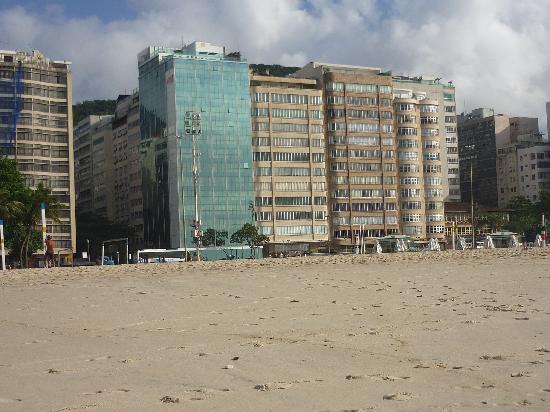 Arena Copacabana Hotel: Vista del hotel desde la playa Copacabana