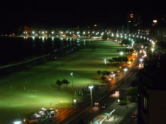 Arena Copacabana Hotel: Vista nocturna desde la terraza del Hotel Arena