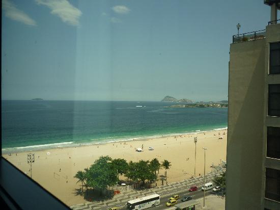 Arena Copacabana Hotel: Copacabana vista de la playa desde la ventana de la habitación del Hotel Arena piso once.