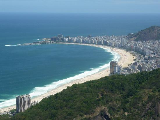 Arena Copacabana Hotel: Vista de la playa Copacabana desde el cerro Pan de Azúcar.