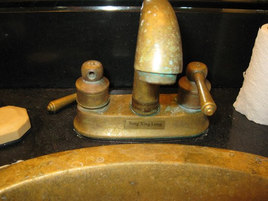Paradise Lakes Resort: Faucet handle off