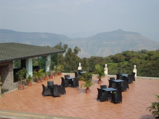 Brightland Resort & Spa : Over The Edge Bar and Lounge open deck area overlooking the valley