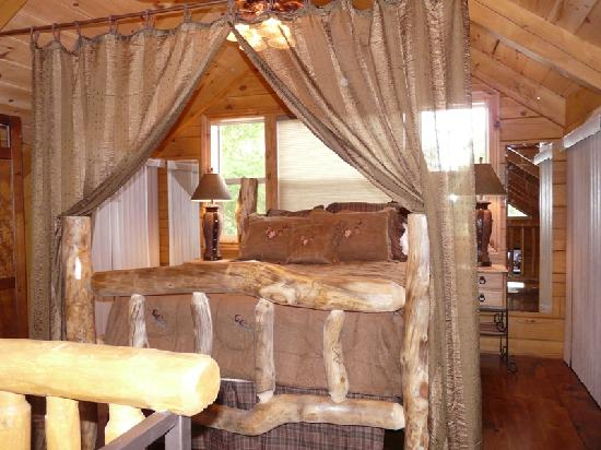 Turtle Tracks Riverfront Resort, LLC : loft bedroom