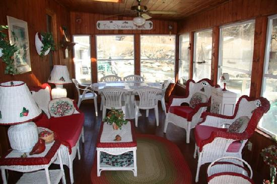 River View Cabins: Sunroom in the Applehouse