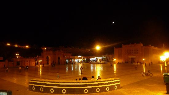 Уарзазат, Марокко: The main square at Ouarzazate at night