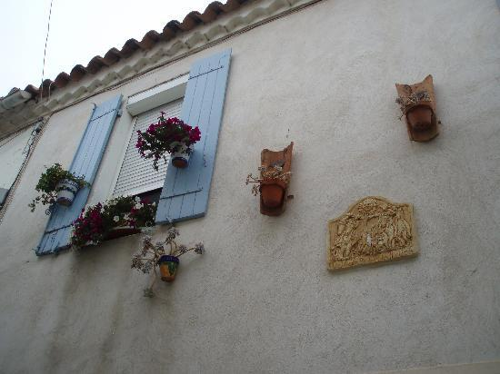 Saintes-Maries-de-la-Mer, France: Dekoration an der Hauswand