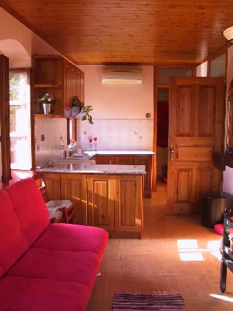Mystras, Grecia: room 5 kitchenette