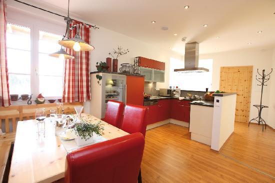 Küche mit Weinkühlschrank und Zirbenholz Esstisch Appartement Vinum ...