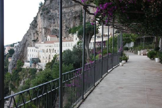 NH Collection Grand Hotel Convento di Amalfi : L'Hôtel depuis la Coursuive menant à la Piscine