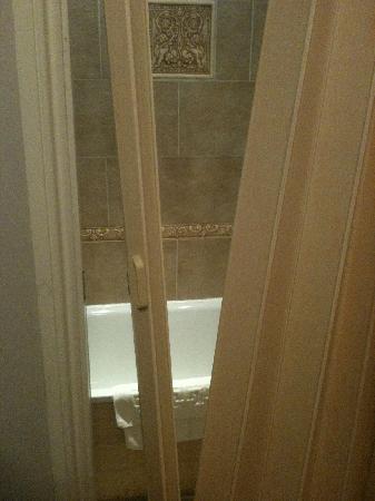 Dylan Apartments Earls Court: Door into bathroom