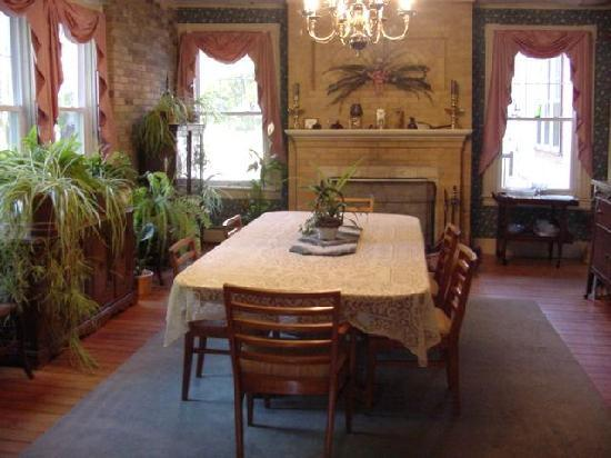 The Seven Hearths Bed & Breakfast: Dining Room