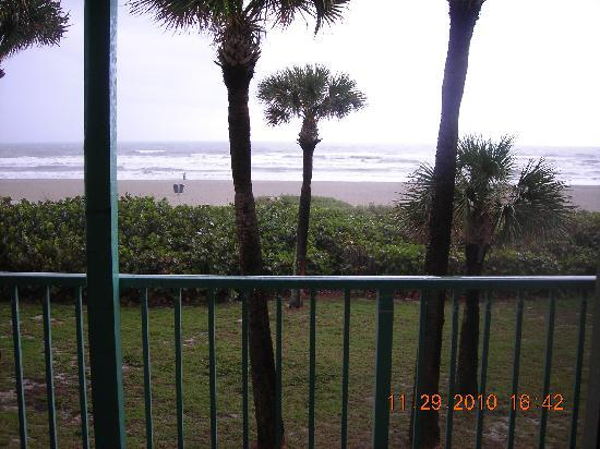 International Palms Resort & Conference Center Cocoa Beach: Looking out our Room window to the Beach
