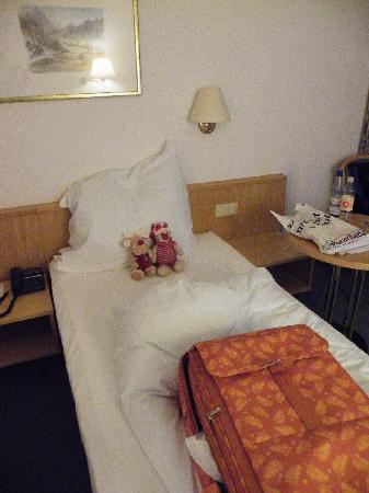 Mercure Hotel Kongress Chemnitz: Kleines Zimmer mit schmalen Betten