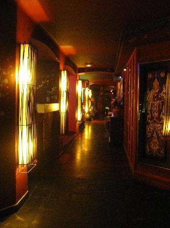 Konfusius: Le couloir joignant espace bar lounge et la salle de restaurant.