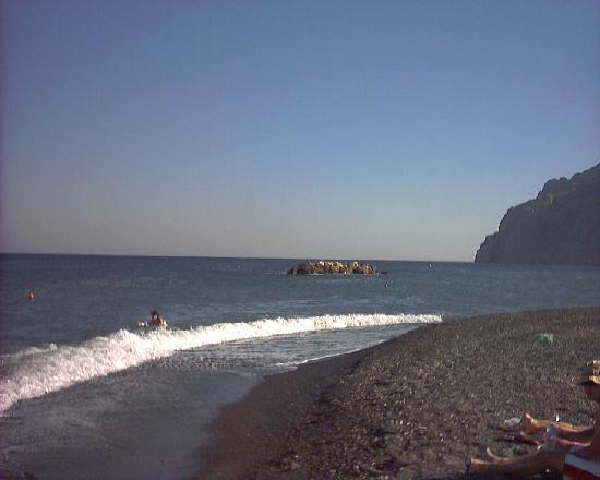 Kamari, Griekenland: i grandi spazi con lo sfondo del grande mare