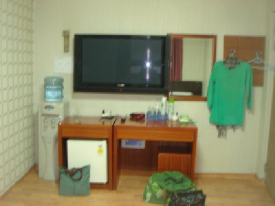 Amiga Motel: 壁掛けテレビとウオータータンク。温水と冷水が出る。冷蔵庫のものは食べ放題