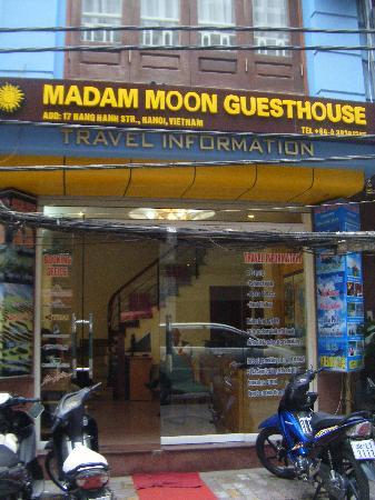 Madam Moon Guesthouse: In front of the hotel