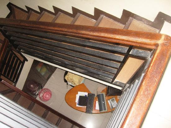 Buminanienie Family Guest House: The winding staircase to the kitchen