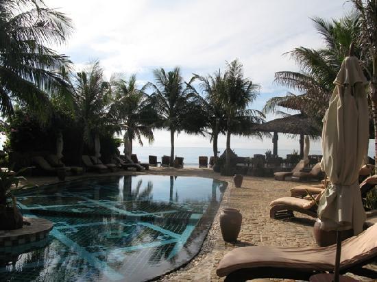 Mia Resort Mui Ne: pool overlooking beach