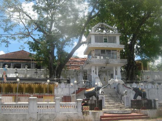 Samaru Beach House : Local temple