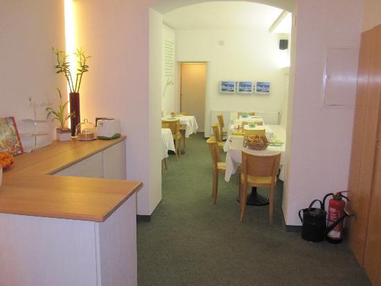 Max Hotel Garni: Lobby/cafe area