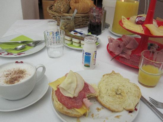 Max Hotel Garni: light breakfast