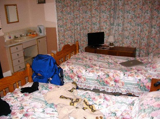 Green Bank Guest House: Sorry my things are in the way!  Twin room rented as a single.