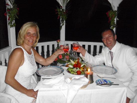 Brisas Guardalavaca Hotel: Dinner in the wedding gazebo
