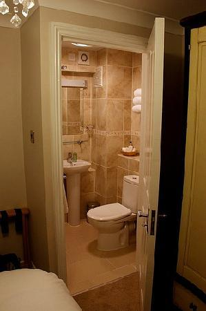 Littlehampton, UK: Nice bathroom with roomy shower