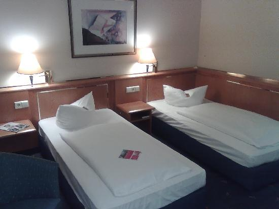 H+ Hotel Magdeburg: Twin-beds.