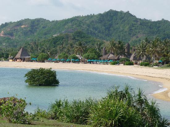 Novotel Lombok Resort and Villas: Hotelstrand und Anlage vom nahegelegenen Berg fotografiert