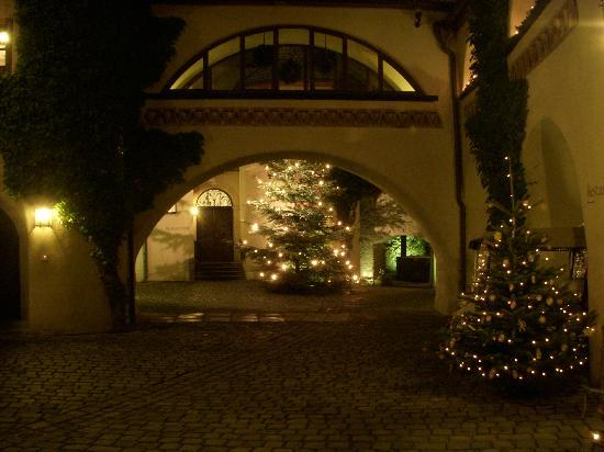 Hotel Burg Wernberg: Inner courtyard night view before the snow