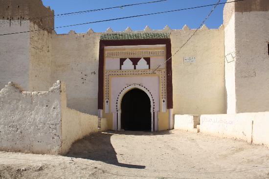 Gite Dans La Palmeraie: l'entrée d'un village à côté de Rissani