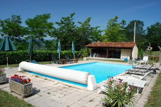 Ariege, Frankrike: Wonderful pool with panoramic views of the Pyrenees, Summer Kitchen