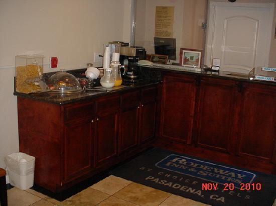 Rodeway Inn & Suites Pasadena: LOBBY / BREAKFAST