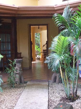 Nosara Beach House: Path to entryway