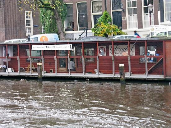 De Poezenboot: The outside from across the canal