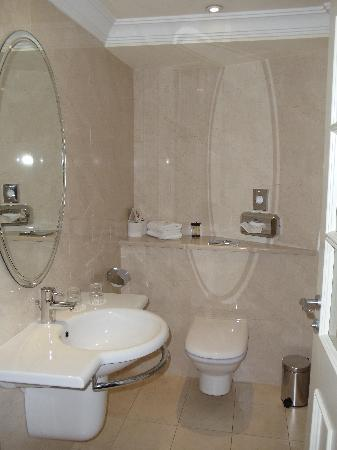 International Hotel Killarney: Hotel Room Bath