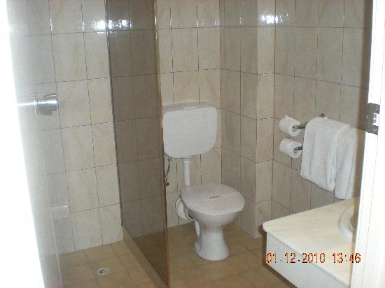 Comfort Inn Haven Marina: 70's bathroom, Watch out for the shower recess, it's a toe breaker.