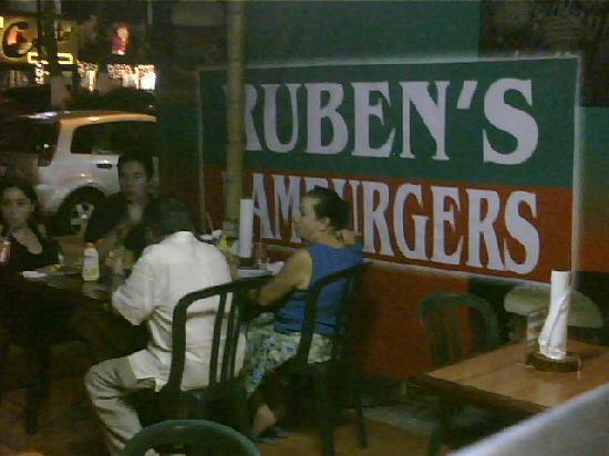 Ruben's Hamburgers : cenando