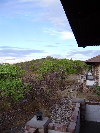 Etosha Safari Lodge: Blick vom Bungalow auf das Haupthaus