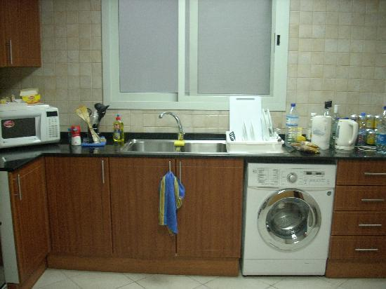 Winchester Hotel Apartments: Good kitchen with washing machine