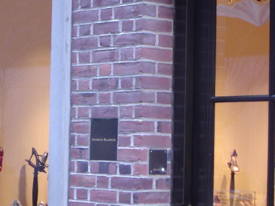 Manolo Blahnik : Schild am Eingang