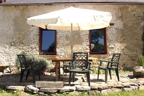 La Source Loubetas : The Terrace outside the Barn - La Terrasse à l'exterieur de La Grange